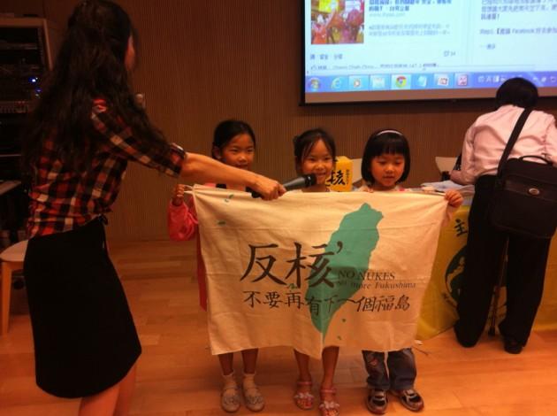 三小孩表演反核口號@台南市圖書館裕文分館2F多功能室