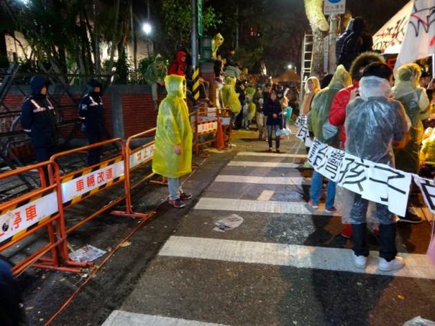 學生與警察的防守線@錦江街、青島東路交叉口