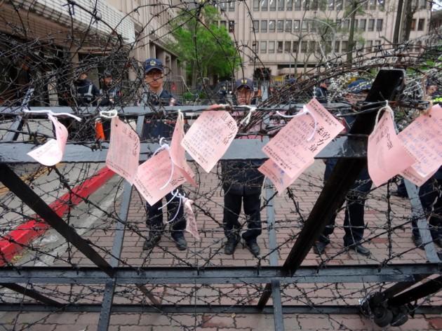 粉紅紙條@外交部大門上