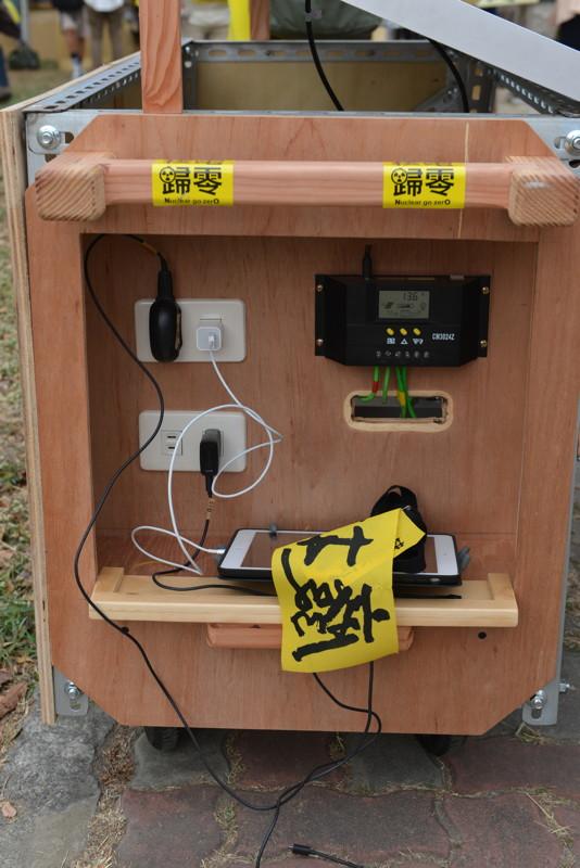 iPad Air以太陽能行動電源車充電中@凹仔底公園