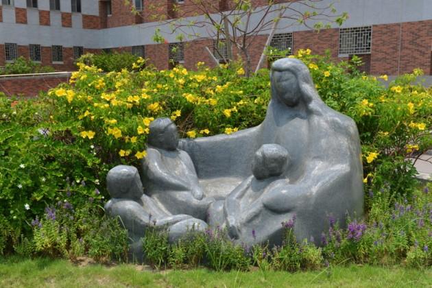 聖安琪梅芝花崗岩像@文藻外語大學