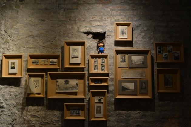 磚牆+相框+娃娃