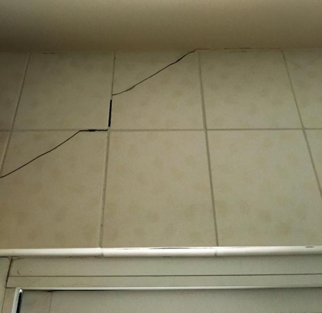 地震後廚房牆面