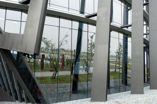 主體建築東翼的玻璃帷幕倒影@故宮南院.jpg